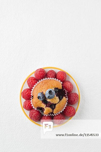 Muffin mit Heidelbeeren und Himbeeren auf dem Teller