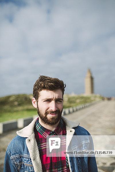 Spanien  A Coruna  Portrait eines jungen Mannes mit braunen Haaren und Vollbart