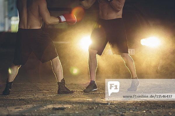 Zwei Boxer kämpfen in einer verlassenen Fabrik.