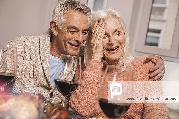 Glückliches Seniorenpaar bei Wein