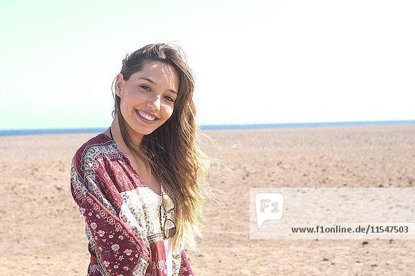Spanien  Teneriffa  Portrait einer lächelnden jungen Frau am Strand