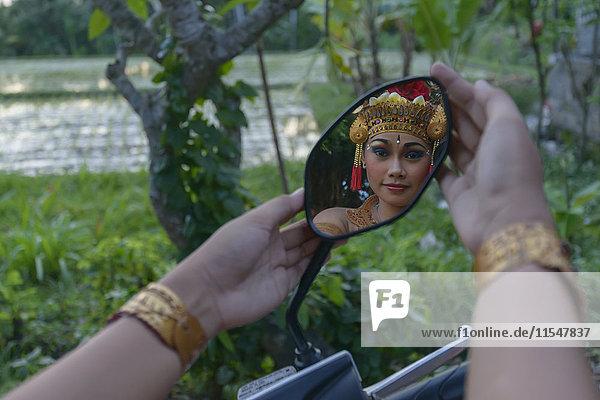 Barong-Tänzerin  Mädchen im Spiegel gespiegelt