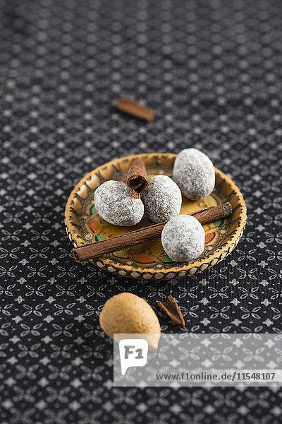Mandeln umhüllt von Zimtschokolade und Puderzucker in der Schüssel