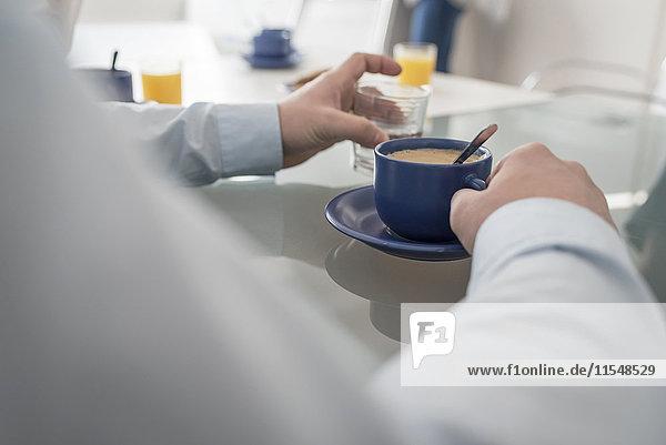 Mann bei einer Kaffeepause im Büro