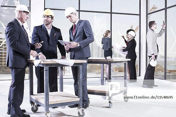 Geschäftsleute im Gespräch im Büro im Bau
