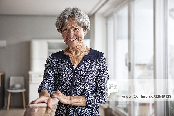 Porträt der nachdenklichen Seniorin zu Hause
