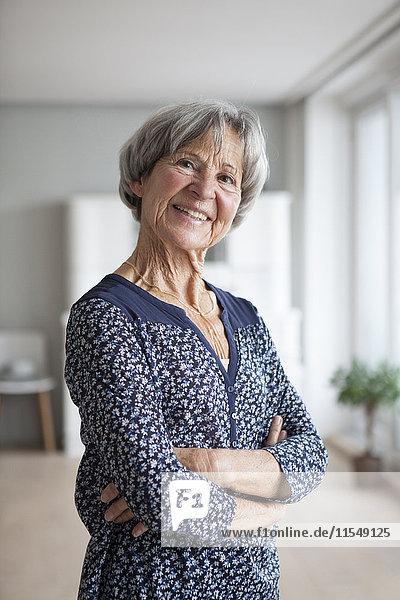 Porträt der selbstbewussten Seniorin zu Hause