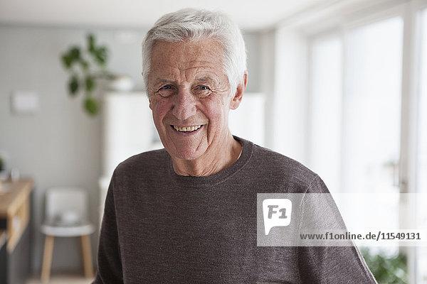 Porträt eines lächelnden älteren Mannes zu Hause