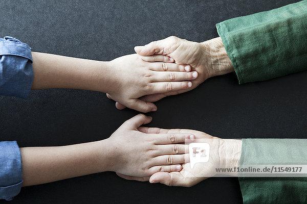 Großmutter und Enkelin beim Händchenhalten  Nahaufnahme