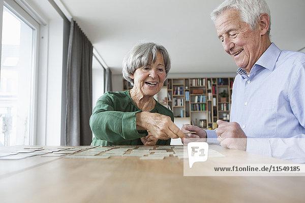 Seniorenpaar spielt Gedächtnis zu Hause