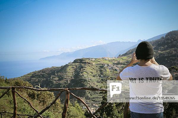 Portugal  Madeira  Mann auf Wanderung entlang der Levadas
