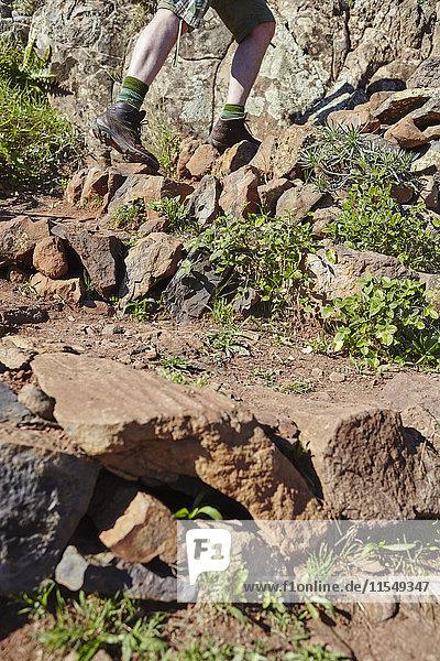 Spanien  Kanarische Inseln  La Gomera  Wanderer auf felsigem Weg