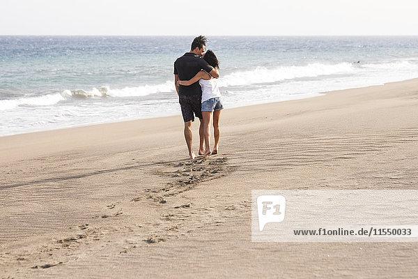 Verliebtes Paar beim Spaziergang am Strand