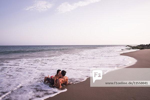 Verliebtes Paar  das sich im Meer küsst.
