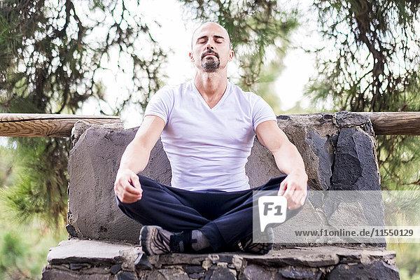 Spanien  Teneriffa  Portrait des meditierenden Mannes