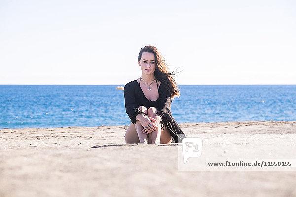 Spanien  Teneriffa  Porträt einer am Strand sitzenden Frau Spanien, Teneriffa, Porträt einer am Strand sitzenden Frau