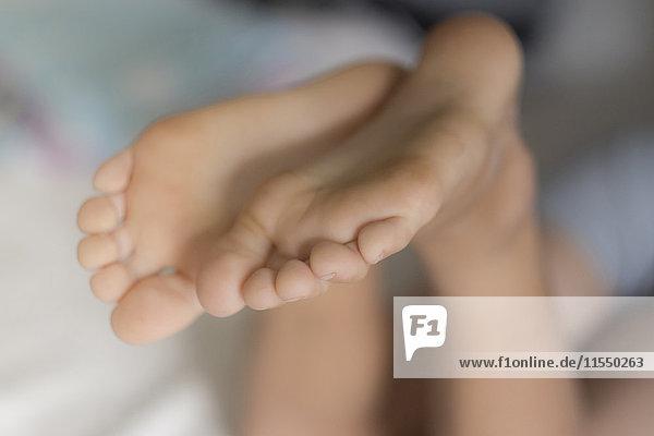 Füße eines Jungen  Nahaufnahme Füße eines Jungen, Nahaufnahme