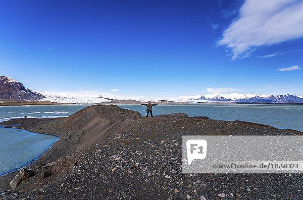 Island  Vatnajoekull Nationalpark  Frau steht vor der Breidarlon Lagune