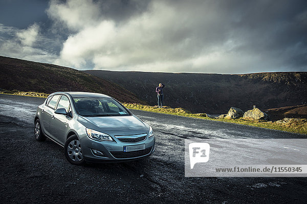Irland  Highland Region  geparktes Auto und Straße