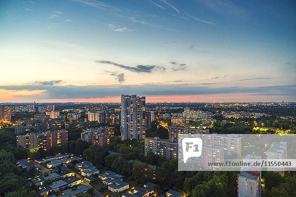 Deutschland  Berlin  Blick auf beleuchtetes Wohngebiet in Rudow