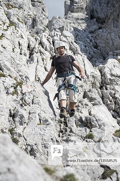 Österreich  Tirol  Wilder Kaiser  Mann am Klettersteig