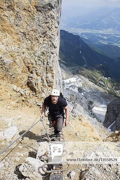 Österreich  Tirol  Wilder Kaiser  Mann auf Klettersteig Richtung Ellmauer Halt