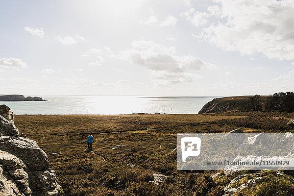 Frankreich  Bretagne  Finistere  Halbinsel Crozon  Frau beim Spaziergang an der Küste