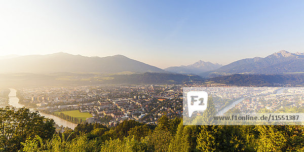 Österreich  Tirol  Innsbruck  Stadtlandschaft mit Inn