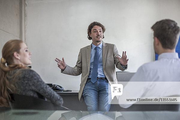 Geschäftsmann im Gespräch mit Kollegen im Büro