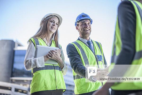Architekt und Ingenieur auf der Baustelle bei der Projektbesprechung