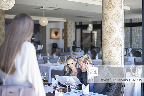 Junge Geschäftsleute treffen sich zum Mittagessen im Restaurant