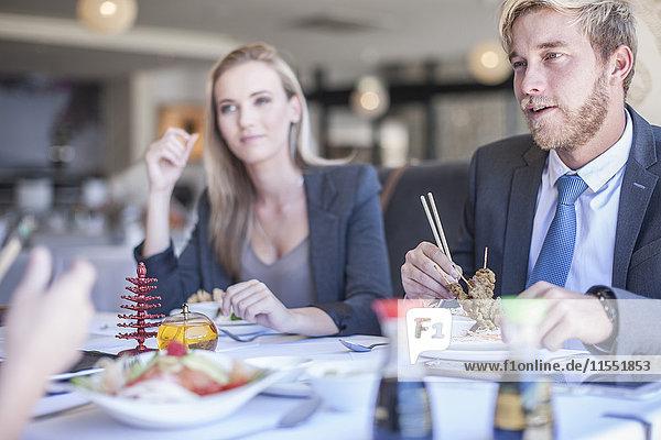 Geschäftsleute beim Mittagessen im Restaurant