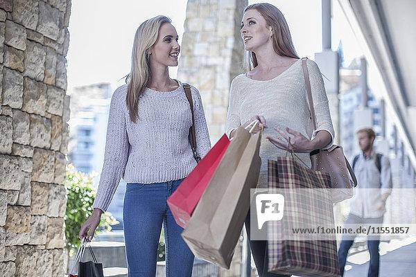 Zwei Freunde beim Einkaufsbummel