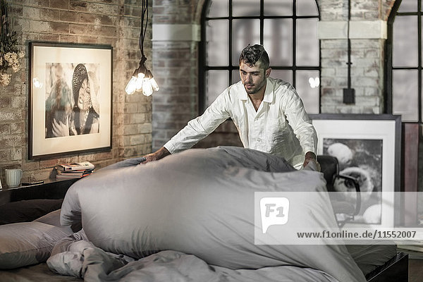 Der Mann  der sein Bett macht