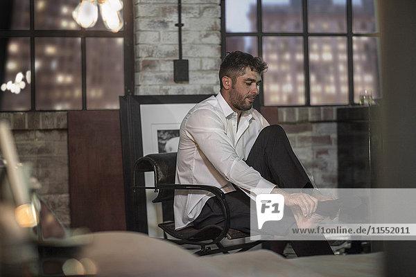Mann in einer Wohnung beim Anziehen