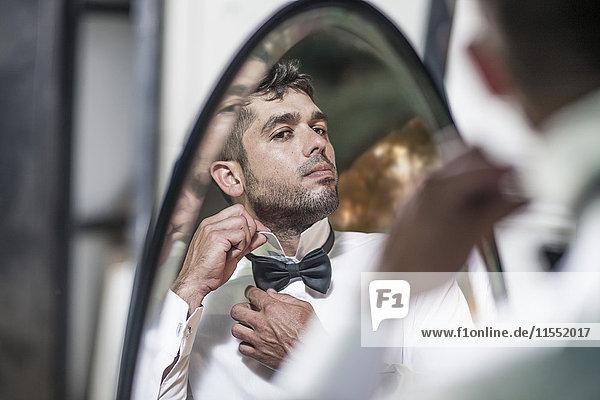 Mann schaut in Spiegelverstellring
