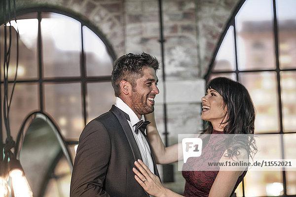 Glückliches Paar in eleganter Kleidung