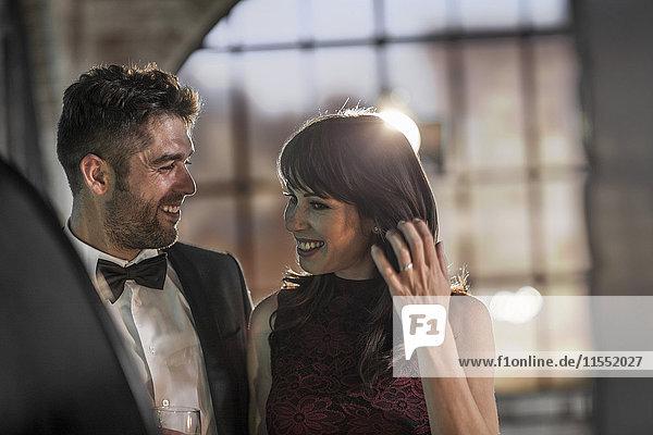 Lächelndes Paar in eleganter Kleidung