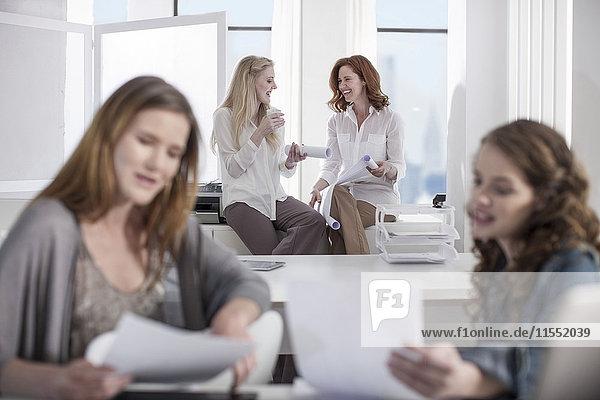 Frauen im Büro arbeiten zusammen