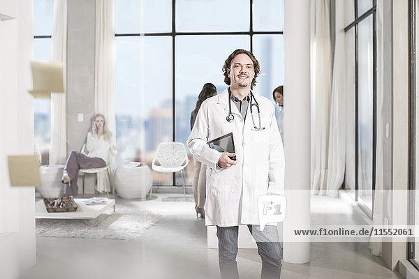 Porträt eines selbstbewussten Arztes mit digitalem Tablett