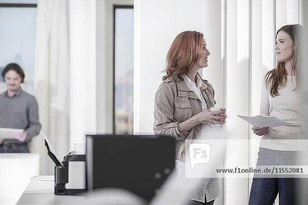 Zwei Frauen sprechen im Amt