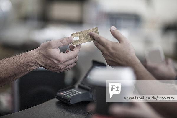 Bezahlung mit Kreditkarte im Coffee Shop