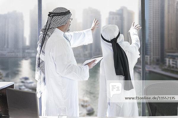 Nahost-Geschäftsleute in der Büroplanung der Zukunft