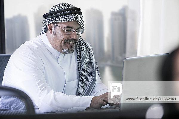 Mittlerer Osten Geschäftsmann im Büro mit Laptop