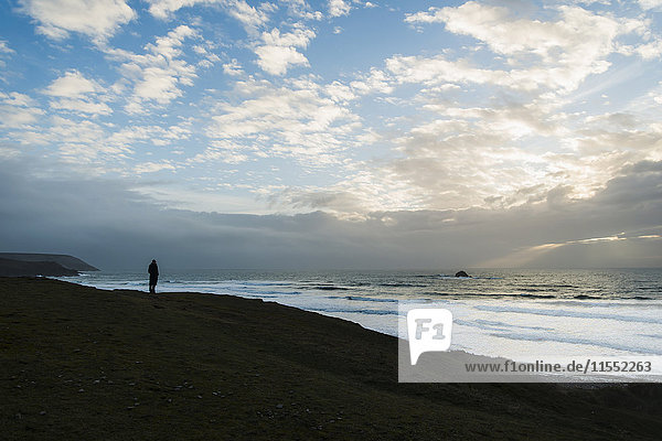 Frankreich  Bretagne  Finistere  Halbinsel Crozon  Frau an der Küste stehend
