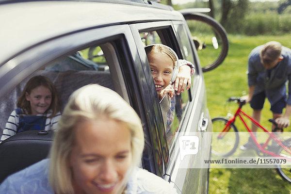 Portrait lächelndes Mädchen mit Familie im Auto