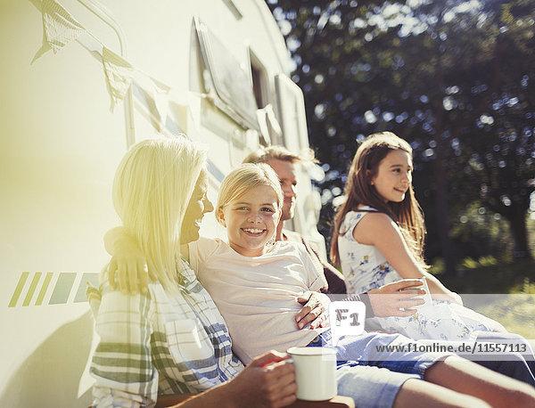 Portrait lächelndes Mädchen umarmt Mutter draußen sonniges Wohnmobil