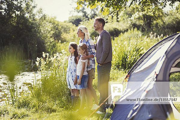 Familie am sonnigen Campingplatz mit Blick auf den See
