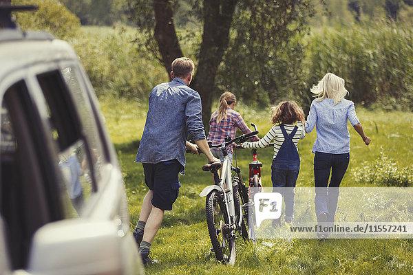 Familienwandern Mountainbikes abseits vom Auto
