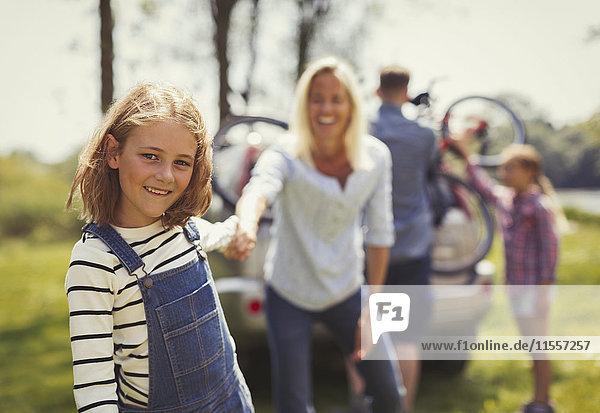 Porträt lächelnde Mutter und Tochter halten Hände außerhalb des Autos